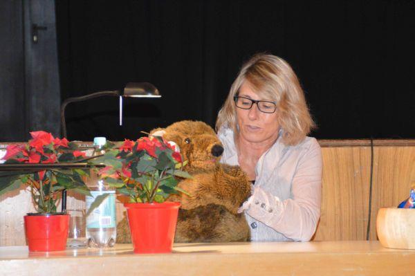 Frau Schmitz liest vor.